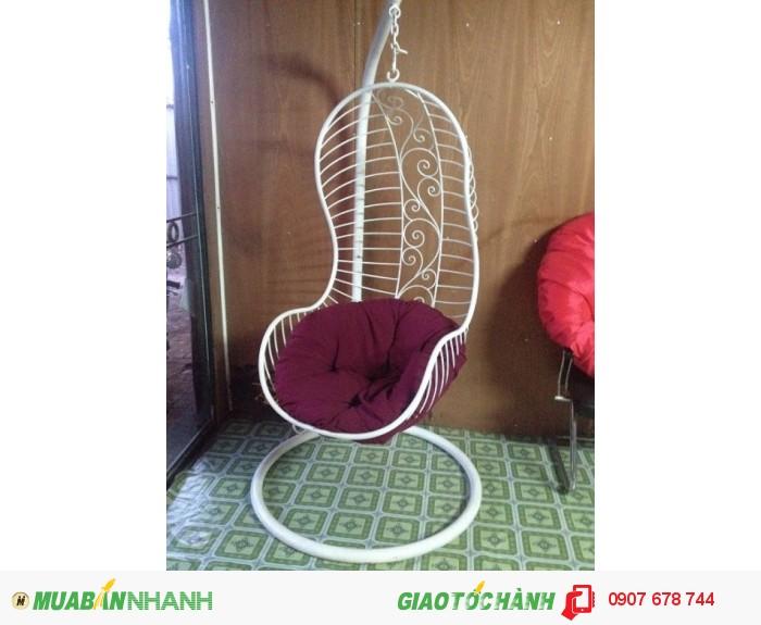 Với vòng tròn rộng và một cái gối êm ái, xích đu trứng trở thành một chiếc ghế tiện dụng ngồi nhẹ nhàng lắc lư nghe nhạc và dọc sách thật là thú vị.1