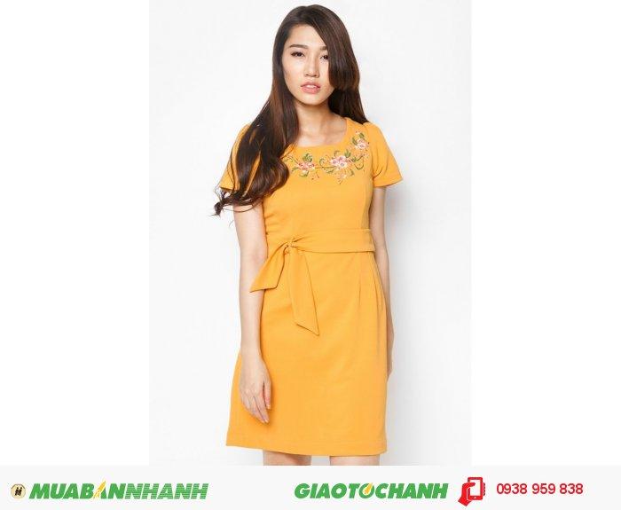 Đầm váy A dây nơ eo vẽ hoa văn | Mã: AD161-V-vàng | Quy cách: 84-64-88 (+-2): chiều dài tb: 85cm - 90cm | Chất liệu: kaki | Size (S - M - L - XL) | Mô tả: Trang nhã và thanh lịch với đầm xòe. Thiết kế may họa tiết hoa lá cách điệu phần thân trước tinh tế, cho phái đẹp tự tin trong mọi sự kiện., 4