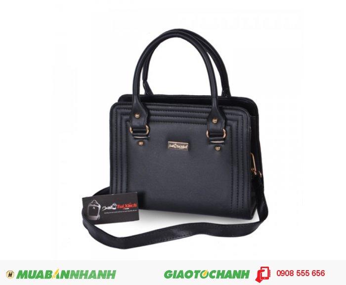 KNK_6862 Túi xách dằn chỉ BLTXV1014001 | Giá: 193,600 đồng | Loại: Túi xách | Chất liệu: Simili (Giả da) | Màu sắc: đen | Kiểu quai: Quai xách |Họa tiết: Trơn | Trọng lượng: 500g | Kích thước: 25x19x11 cm | Mô tả: Túi xách được làm từ chất liệu silimi cao cấp đảm bảo độ bền và đẹp. Sản phẩm được thiết kế với nhiều màu sắc: Xanh, Nâu, Đen, Vàng cho bạn nữ tha hồ lựa chọn một chiếc túi phù hợp với phong cách riêng của mình. Đường chỉ may nổi ba vòng bao quanh bên ngoài vô cùng bắt mắt, vừa đảm đảo độ bề vừa mang tính thời trang. Kiểu dáng đơn giản nhưng rất thời trang, phù hợp cho những cô nàng văn phòng, đi dự tiệc hay đi dạo phố. Túi xách dằn chỉ thời trang cho bạn gái là một sự lựa chọn đáng tin cậy phù hợp với nhiều độ tuổi khác nhau mà vẫn thật thời trang., 1