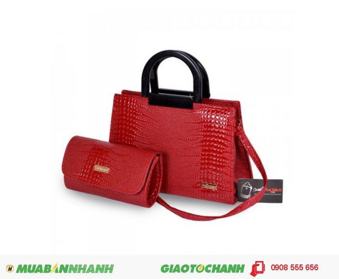 Túi xách bộ đôi(Quai nhựa) WNTXV0815001 | Giá: 253,000 đồng|Chất liệu: Simili vân da cá sấu|Màu sắc: đỏ | Loại: Túi xách| Kiểu quai: Quai đeo chéo | Trọng lượng: 800g | Kích thước: 20x28x12,21x12x5 cm | Mô tả: - Túi xách được tiết kế kiểu dáng hình chữ nhật với dây quai xách được làm bằng nhựa mềm cùng họa tiết giả vân da cá sấu đẹp mắt, thể nét thanh lịch và duyên dáng cho nữ giới. Ngoài ra, bộ sản phẩm còn có ví đựng tiền với thiết kế đồng bộ với túi xách, rất bắt mắt tạo nên phong cách riêng cho bạn. Túi xách này có thể phối hợp với nhiều loại trang phục khác nhau như quần jeans, giày, váy và sử dụng trong nhiều hoàn cảnh khác nhau như đi làm, đi chơi, dự tiệc giúp tôn lên sự trẻ trung và đầy duyên dáng của bạn.Bạn có thể dùng ví đựng tiền đi kèm, các giấy tờ tùy thân và một số đồ dùng cá nhân khác. Bạn có thể mang bên mình theo mọi lúc mọi nơi. Có thể nói túi xách là người bạn đồng hành không thể thiếu của mọi lứa tuổi. Sản phẩm được thiết kế tỉ mỉ và trau chuốt từng bộ phận từ túi xách cho đến ví tiền, tiện dụng hay đường chỉ khâu đẹp mắt, khéo léo, chắc chắn đến từng chi tiết., 4