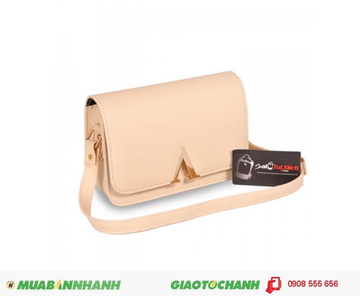 Túi đeo chéo TUTDC0815002 | Giá: 132,000 đ | Loại: Túi xách | Chất liệu: Simili (Giả da) | Màu sắc: Kem | Kiểu quai: Quai đeo chéo |Trọng lượng: 350 g | Kích thước: 20x14x6cm |Họa tiết: Trơn | Đặc điểm nổi bật: Thiết kế kiểu bề mặt khóa chữ V sang trọng | Trọng lượng: 350 g | Mô tả: Túi sách được thiết kế với kiểu dáng trẻ trung rất phù hợp với các bạn trẻ, túi sách đơn giản nhưng rất bắt mắt, với bề mặt trước của túi được thiết kế khóa cữ V đem lại vẻ đẹp sang trọng. Chất liệu simili dày dặn, chống thấm nước, dễ lau chùi. Bạn có thể sử dụng sản phẩm khi đi mưa mà không lo ướt sách vở nhưng hãy nhớ lau khô sản phẩm sau khi đi mưa để giữ sản phẩm thật bề lâu nhé. Túi được thiết kế nhỏ xinh, tiện lợi thích hợp cho các bạn gái khi đi chơi, túi có thể tận dụng tối đa diện tích để đựng các vật dụng cá nhân cần thiết như ví, điện thoại, son,...Đường may rất chắc chắn và tỉ mỉ giúp bạn thoải mái sử dụng mà không lo bị hỏng. Sản phẩm phù hợp với bạn nữ từ 18 đến 32 tuổi., 5