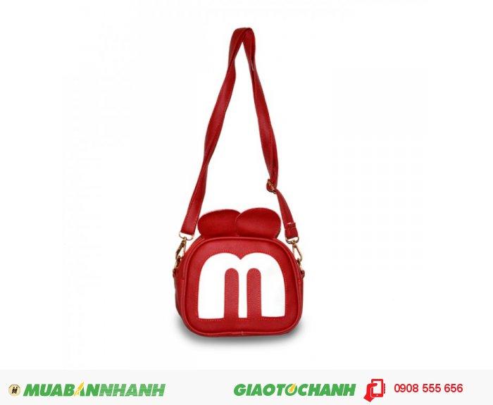 Túi đeo chéo MCTDC1015003| Giá: 132,000 đồng | Chất liệu: Simili (Giả da) | Màu sắc: đỏ | Kiểu quai: Quai đeo chéo |Trọng lượng: 250g | Kích thước: 18x15x5cm |Mô tả: Được làm từ chất liệu Simili cao cấp, mềm mại, thiết kế đơn giản nhưng vô cùng tiện dụng. Với họa tiết hình mặt chú chuột Mickey độc đáo, ngộ nghĩnh phù hợp cho các bạn tuổi teen muốn thể hiện phong cách riêng của mình. Quai đeo được may chắn tạo sự trẻ trung năng động. Đường may cẩn thận, góc cạnh vô cùng đẹp mắt., 5