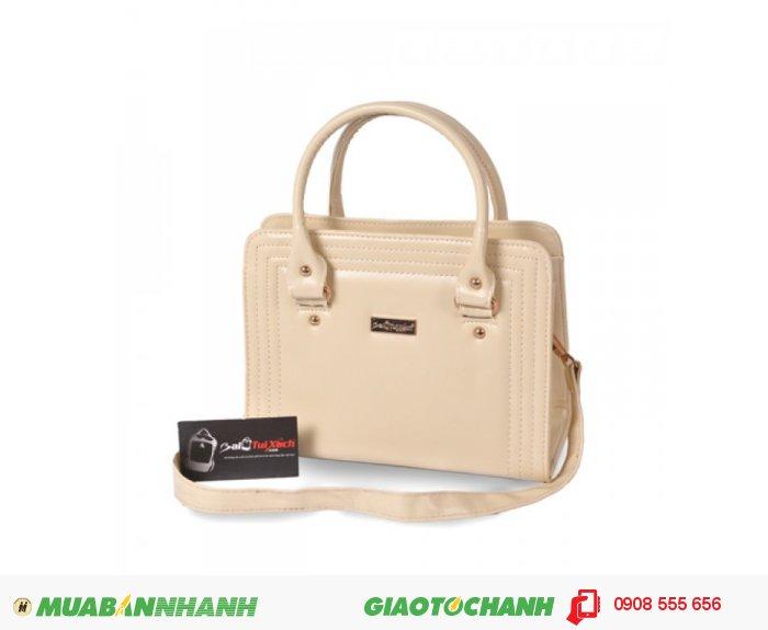 KNK_6035 Túi xách dằn chỉ BLTXV1014001 | Giá: 193,600 đồng | Loại: Túi xách | Chất liệu: Simili (Giả da) | Màu sắc: kem | Kiểu quai: Quai xách |Họa tiết: Trơn | Trọng lượng: 500g | Kích thước: 25x19x11 cm | Mô tả: Túi xách được làm từ chất liệu silimi cao cấp đảm bảo độ bền và đẹp. Sản phẩm được thiết kế với nhiều màu sắc: Xanh, Nâu, Đen, Vàng cho bạn nữ tha hồ lựa chọn một chiếc túi phù hợp với phong cách riêng của mình. Đường chỉ may nổi ba vòng bao quanh bên ngoài vô cùng bắt mắt, vừa đảm đảo độ bề vừa mang tính thời trang. Kiểu dáng đơn giản nhưng rất thời trang, phù hợp cho những cô nàng văn phòng, đi dự tiệc hay đi dạo phố. Túi xách dằn chỉ thời trang cho bạn gái là một sự lựa chọn đáng tin cậy phù hợp với nhiều độ tuổi khác nhau mà vẫn thật thời trang., 2
