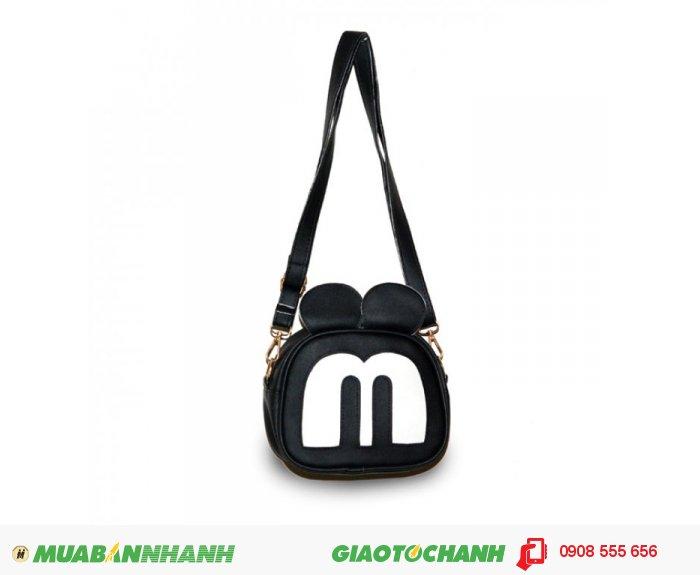 KNK_3176 Túi đeo chéo MCTDC1015003| Giá: 132,000 đồng | Chất liệu: Simili (Giả da) | Màu sắc: đen | Kiểu quai: Quai đeo chéo |Trọng lượng: 250g | Kích thước: 18x15x5cm |Mô tả: Được làm từ chất liệu Simili cao cấp, mềm mại, thiết kế đơn giản nhưng vô cùng tiện dụng. Với họa tiết hình mặt chú chuột Mickey độc đáo, ngộ nghĩnh phù hợp cho các bạn tuổi teen muốn thể hiện phong cách riêng của mình. Quai đeo được may chắn tạo sự trẻ trung năng động. Đường may cẩn thận, góc cạnh vô cùng đẹp mắt., 1