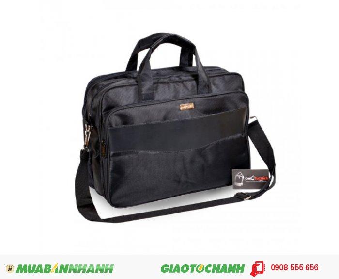 Cặp Laptop ALCLT0815001| Giá: 208,000 đồng| Loại: Túi xách| Chất liệu: vải bố | Màu sắc: đen| Kiểu quai: Tay xách| Họa tiết:trơn| Trọng lượng: 650kg|Kích thước: 38x27x12 cm| Mô tả: Được thiết kế phù hợp cho đối tượng làm việc công sở, văn phòng và cũng rất phù hợp với nhiều đối tượng khác nhau. Cặp có nhiều ngăn tiện dụng, cho bạn đựng được laptop và nhiều vật dụng khác kèm theo. Túi thiết kế rộng, đeo vai thoải mái và chắc chắn khi đeo. Thích hợp cho mọi người trong cuộc sống như : du lịch, công tác, công sở, sinh viên học sinh,..., tiện ích đa năng. Kiểu dáng đơn giản, trẻ trung và năng động với nhiều tiện ích khác nhau, 5