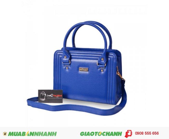 KNK_6034 Túi xách dằn chỉ BLTXV1014001 | Giá: 193,600 đồng | Loại: Túi xách | Chất liệu: Simili (Giả da) | Màu sắc: xanh dương | Kiểu quai: Quai xách |Họa tiết: Trơn | Trọng lượng: 500g | Kích thước: 25x19x11 cm | Mô tả: Túi xách được làm từ chất liệu silimi cao cấp đảm bảo độ bền và đẹp. Sản phẩm được thiết kế với nhiều màu sắc: Xanh, Nâu, Đen, Vàng cho bạn nữ tha hồ lựa chọn một chiếc túi phù hợp với phong cách riêng của mình. Đường chỉ may nổi ba vòng bao quanh bên ngoài vô cùng bắt mắt, vừa đảm đảo độ bề vừa mang tính thời trang. Kiểu dáng đơn giản nhưng rất thời trang, phù hợp cho những cô nàng văn phòng, đi dự tiệc hay đi dạo phố. Túi xách dằn chỉ thời trang cho bạn gái là một sự lựa chọn đáng tin cậy phù hợp với nhiều độ tuổi khác nhau mà vẫn thật thời trang., 4