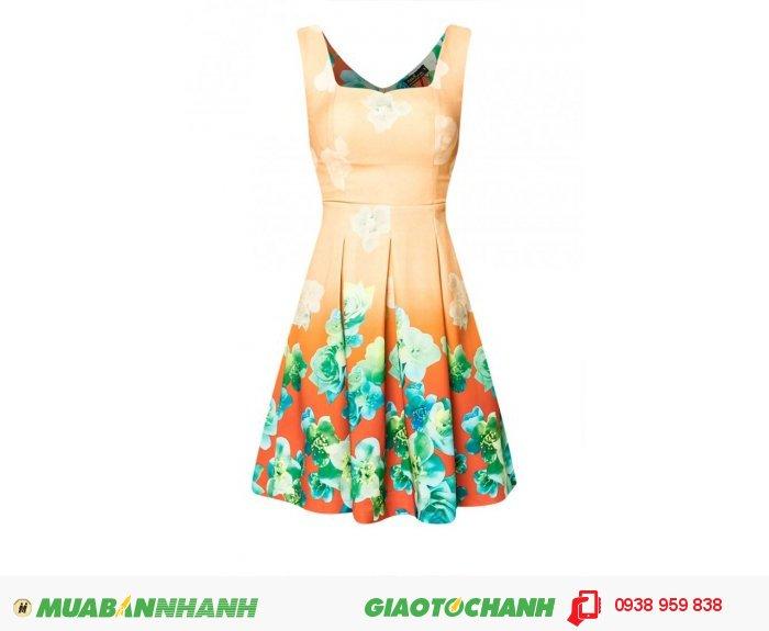 Đặc biệt, như đối với mẫu váy này, hoa xếp ngay dưới chân váy vô cùng độc đáo, như bạn nữ đang đi dưới môt rừng hoa vậy., 3