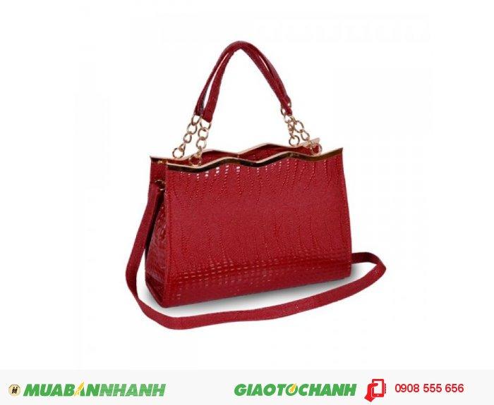 Đừng quá lo lắng khi sử dụng mẫu túi xách có màu đỏ vì màu đỏ sẽ tôn lên sự sang trọng quý phái cho bạn., 2