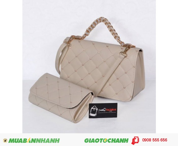 Bộ túi xách và ví thời trang WNTXV0415023 | Giá: 235,000 đồng | Loại: Túi xách | Chất liệu: Simili (Giả da) | Màu sắc: Kem| Kiểu quai: Quai xách |Trọng lượng: 700 g | Kích thước: 27 x 17 cm (dài x rộng) | Đóng gói: 1 túi xách và 1 ví| Mô tả: Bộ túi xách và ví với kiểu dáng nhỏ gọn cực kì tiện dụng gồm 01 túi xách và 01 ví kèm theo tạo nên sự đồng bộ cho các bạn gái mỗi khi sử dụng. Tư tin đến các bàn tiệc cùng sản phẩm của Ba Lô Túi Xách., 1