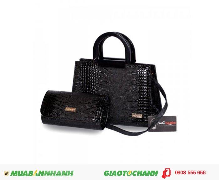 Túi xách bộ đôi(Quai nhựa) WNTXV0815001 | Giá: 253,000 đồng|Chất liệu: Simili vân da cá sấu|Màu sắc: đen | Loại: Túi xách| Kiểu quai: Quai đeo chéo | Trọng lượng: 800g | Kích thước: 20x28x12,21x12x5 cm | Mô tả: - Túi xách được tiết kế kiểu dáng hình chữ nhật với dây quai xách được làm bằng nhựa mềm cùng họa tiết giả vân da cá sấu đẹp mắt, thể nét thanh lịch và duyên dáng cho nữ giới. Ngoài ra, bộ sản phẩm còn có ví đựng tiền với thiết kế đồng bộ với túi xách, rất bắt mắt tạo nên phong cách riêng cho bạn. Túi xách này có thể phối hợp với nhiều loại trang phục khác nhau như quần jeans, giày, váy và sử dụng trong nhiều hoàn cảnh khác nhau như đi làm, đi chơi, dự tiệc giúp tôn lên sự trẻ trung và đầy duyên dáng của bạn.Bạn có thể dùng ví đựng tiền đi kèm, các giấy tờ tùy thân và một số đồ dùng cá nhân khác. Bạn có thể mang bên mình theo mọi lúc mọi nơi. Có thể nói túi xách là người bạn đồng hành không thể thiếu của mọi lứa tuổi. , 4