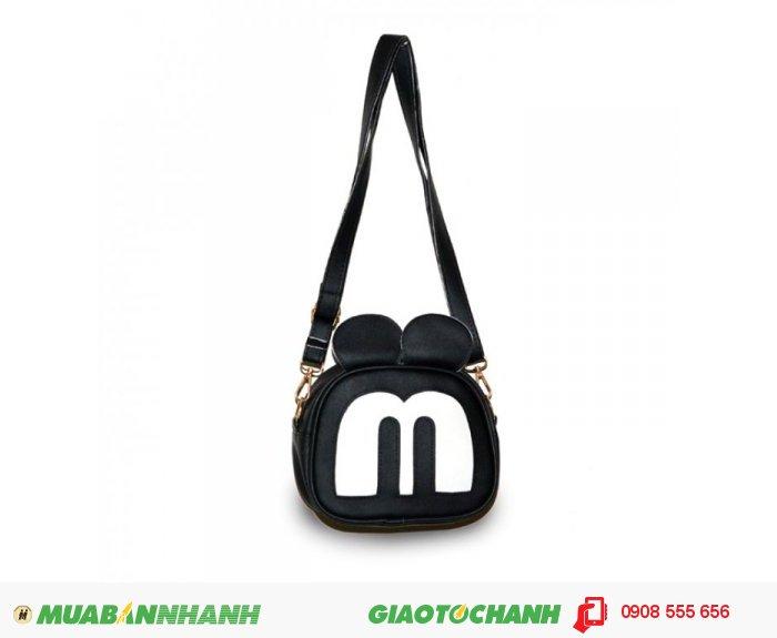 Túi đeo chéo MCTDC1015003| Giá: 132,000 đồng | Chất liệu: Simili (Giả da) | Màu sắc: đen | Kiểu quai: Quai đeo chéo |Trọng lượng: 250g | Kích thước: 18x15x5cm |Mô tả: Được làm từ chất liệu Simili cao cấp, mềm mại, thiết kế đơn giản nhưng vô cùng tiện dụng. Với họa tiết hình mặt chú chuột Mickey độc đáo, ngộ nghĩnh phù hợp cho các bạn tuổi teen muốn thể hiện phong cách riêng của mình. Quai đeo được may chắn tạo sự trẻ trung năng động. Đường may cẩn thận, góc cạnh vô cùng đẹp mắt., 1