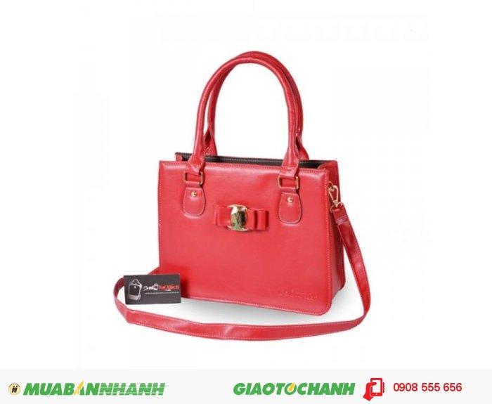 Túi xách hộp nơ BLTXV0914004 | Giá: 264,000 đồng | Loại: Túi xách | Chất liệu: Simili (Giả da) | Màu sắc: Đỏ | Kiểu quai: Quai đeo chéo | Họa tiết: Hình chiếc nơ | Trọng lượng: 700 g | Kích thước: 29x22x9 cm | Mô tả: Túi xách hộp nơ có thể phối hợp với nhiều loại trang phục khác nhau như quần jeans, giày, váy và sử dụng trong nhiều hoàn cảnh khác nhau như đi làm, đi chơi, dự tiệc... giúp tôn lên sự trẻ trung và đầy duyên dáng của bạn. Hãy gọi ngay cho chúng tôi để được tư vấn!, 4
