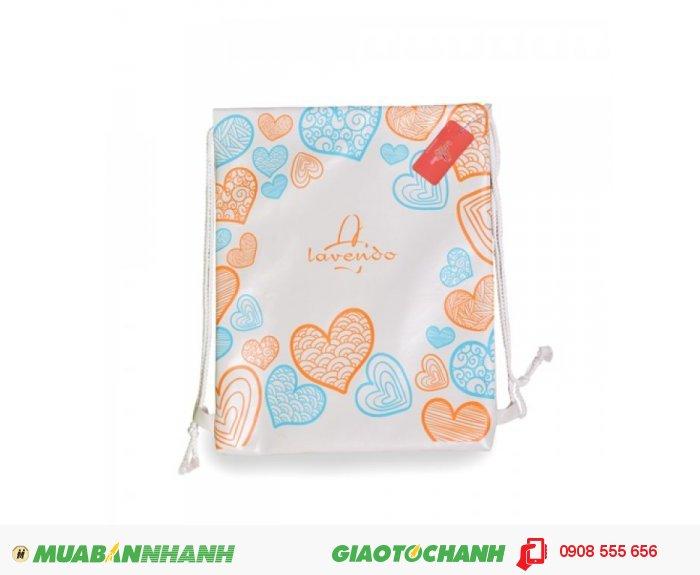 Ba lô rút Lavendo hình trái tim LVTRU0715002   Giá: 102,000 đồng   Loại: Ba lô   Chất liệu: Simili (Giả da)   Màu sắc: Trắng - Xanh   Họa tiết: Hoa văn   Trọng lượng: 200g   Kích thước: 45x36 cm   Mô tả: Lavendo là thương hiệu thời trang nữ chuyên cung cấp những sản phẩm phụ kiện ba lô, túi xách. Với thiết kế trẻ trung và sáng tạo, ba lô rút Lavendo hình trái tim hứa hẹn sẽ làm hài lòng những cô nàng tuổi teen cá tính và năng động. Ba lô rút Lavendo hình trái tim nền trắng có in hình trái tim màu xanh, cam nữ tính sẽ thu hút bạn ngay từ cái nhìn đầu tiên với khiểu dáng đơn giản trẻ trung. Thiết kế túi rút nhân tối đa không gian chứa đồ mà vẫn thể hiện phong cách năng động. Sản phẩm này phù hợp với những cô nàng tuổi từ 16 đến 31. Với chiếc ba lô này, bạn có thể đeo bất kỳ lúc nào: đi chơi, đi học hay đi du lịch, trông bạn sẽ thực sự trẻ trung năng động hơn bao giờ hết., 3