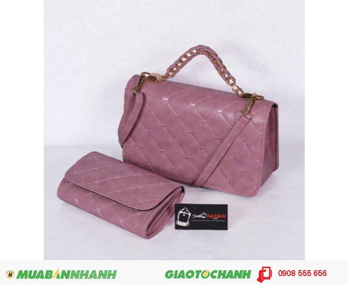 Bộ túi xách và ví thời trang WNTXV0415023 | Giá: 235,000 đồng | Loại: Túi xách | Chất liệu: Simili (Giả da) | Màu sắc: Hồng nhạt| Kiểu quai: Quai xách |Trọng lượng: 700 g | Kích thước: 27 x 17 cm (dài x rộng) | Đóng gói: 1 túi xách và 1 ví| Mô tả: Bộ túi xách và ví với kiểu dáng nhỏ gọn cực kì tiện dụng gồm 01 túi xách và 01 ví kèm theo tạo nên sự đồng bộ cho các bạn gái mỗi khi sử dụng. Thiết kế đơn giản nhưng tinh tế, được làm bởi chất liệu bền đẹp sẽ cho chiếc túi thêm xinh xắn và sành điệu., 4