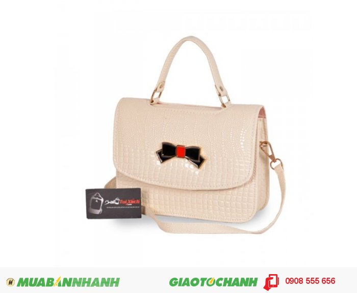 Túi xách nơ hộp nhỏ WNTXV0815002| Giá: 154,000 đồng |Chất liệu: Simili vân da cá sấu | Màu sắc: Kem | Kiểu quai: Quai đeo chéo và quai xách | Trọng lượng: 400g | Kích thước: 24x17x7cm | Mô tả: Túi xách nơ vân cá sấu thanh lịch thiết kế dạng túi hộp, vân cá sấu sang trọng mang đến cho bạn gái một sản phẩm thật thời trang để phối cùng trang phục. Nắp gặp, quai xách cùng dây đeo chéo cho bạn thoải mái thay đổi phong cách tùy từng trường hợp. Chất liệu simili bền, màu sắc sang trọng, cá tính, bắt mắt. Bạn có thể phối cùng đầm xòe hay đầm body khi đi làm, dạo phố hay dự tiệc, và chắc chắn không thể thiếu đôi giày cao gót quyến rũ., 4