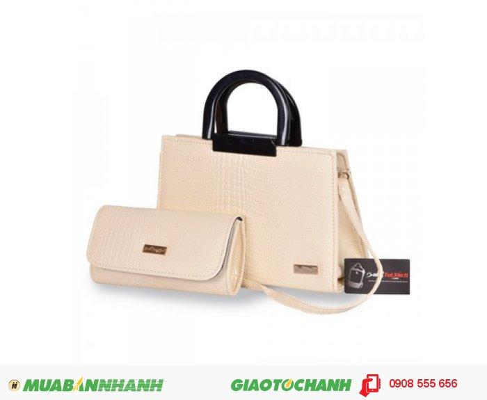Túi xách bộ đôi(Quai nhựa) WNTXV0815001 | Giá: 253,000 đồng|Chất liệu: Simili vân da cá sấu | Màu sắc: kem | Loại: Túi xách| Kiểu quai: Quai đeo chéo | Trọng lượng: 800g | Kích thước: 20x28x12,21x12x5 cm | Mô tả: - Túi xách được tiết kế kiểu dáng hình chữ nhật với dây quai xách được làm bằng nhựa mềm cùng họa tiết giả vân da cá sấu đẹp mắt, thể nét thanh lịch và duyên dáng cho nữ giới. Ngoài ra, bộ sản phẩm còn có ví đựng tiền với thiết kế đồng bộ với túi xách, rất bắt mắt tạo nên phong cách riêng cho bạn. Túi xách này có thể phối hợp với nhiều loại trang phục khác nhau như quần jeans, giày, váy và sử dụng trong nhiều hoàn cảnh khác nhau như đi làm, đi chơi, dự tiệc giúp tôn lên sự trẻ trung và đầy duyên dáng của bạn.Bạn có thể dùng ví đựng tiền đi kèm, các giấy tờ tùy thân và một số đồ dùng cá nhân khác. Bạn có thể mang bên mình theo mọi lúc mọi nơi. Có thể nói túi xách là người bạn đồng hành không thể thiếu của mọi lứa tuổi., 5