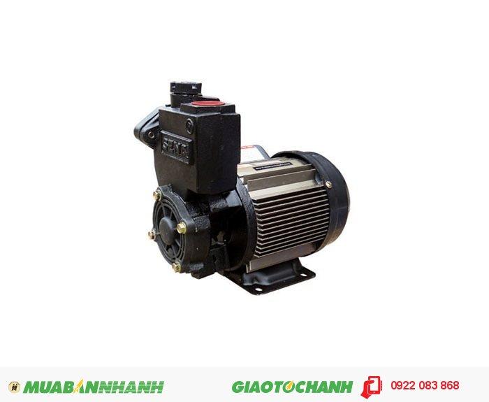 Máy bơm nước dùng điện một chiều Sena SEP-150AEGiá: 1.380.000Hãng sản xuất; SenaCông suất (W): 150Lưu lượng (lít /phút): 33Độ cao đẩy (m): 20Độ sâu hút (m): 9Đường kính ống hút (mm): 25Đường kính ống đẩy (mm): 25Áp lực ( kg/cm2): 1.1-1.8Xuất xứ: Việt Nam, 3