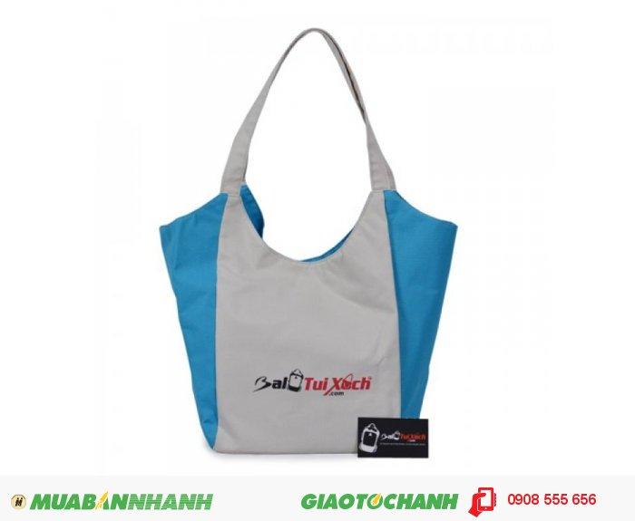 Túi xách vải thời trang BLTXV0714001 | Giá: 83.000 đ | Loại: Túi xách | Chất liệu: Vải dù | Màu sắc: Trắng - Xanh | Kiểu quai: Quai xách | Trọng lượng: 200 g | Kích thước: 28x40 cm | Mô tả: Túi xách vải thời trang khổ to và rộng cho bạn gái thoải mái đựng đồ. Kiểu dáng đơn giản gọn nhẹ cùng sự phối màu hợp lý sẽ làm nổi bật sự trẻ trung, năng động của bạn. Màu trắng xanh được kết hợp hài hòa, nhã nhặn và bắt mắt. Sản phẩm phù hợp với nhiều độ tuổi khác nhau: từ 16 đến 38 tuổi. Với chiếc túi này, bạn có thể sử dụng ở bất kỳ nơi đâu như đi chơi, đi du lịch,..., 1