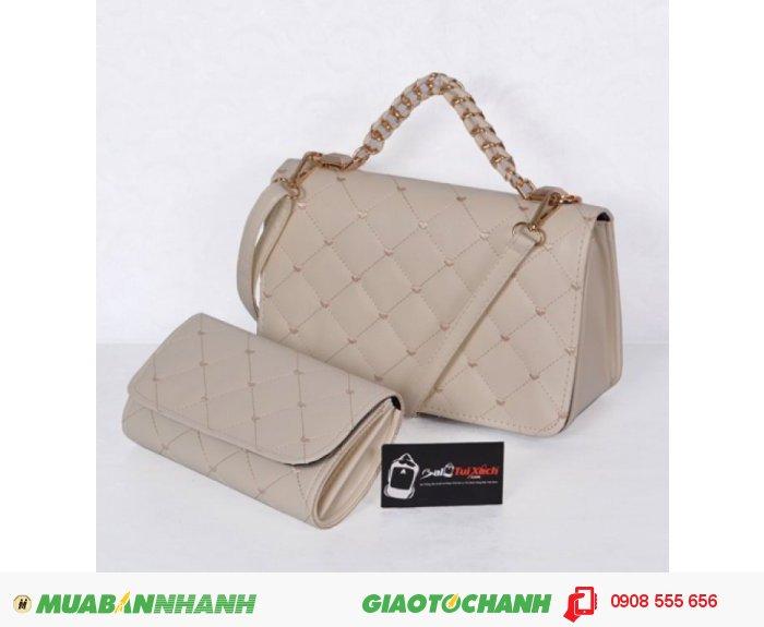 Bộ túi xách và ví thời trang WNTXV0415023 | Giá: 235,000 đồng | Loại: Túi xách | Chất liệu: Simili (Giả da) | Màu sắc: Kem | Kiểu quai: Quai xách |Trọng lượng: 700 g | Kích thước: 27 x 17 cm (dài x rộng) | Đóng gói: 1 túi xách và 1 ví| Mô tả: Bộ túi xách và ví với kiểu dáng nhỏ gọn cực kì tiện dụng gồm 01 túi xách và 01 ví kèm theo tạo nên sự đồng bộ cho các bạn gái mỗi khi sử dụng. Sản phẩm có nhiều màu sắc như hồng, đỏ, kem.. khác nhau tha hồ cho chị em lựa chọn tùy theo cá tính. Thiết kế đơn giản nhưng tinh tế, được làm bởi chất liệu bền đẹp sẽ cho chiếc túi thêm xinh xắn và sành điệu., 4