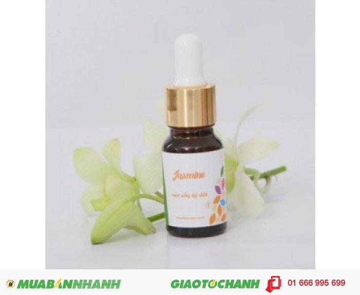 Tinh dầu Jasmine (Hoa Nhài)| Mã sản phẩm: TD10010C | Giá bán: 235.000 | Dung tích: 10ml | Mô tả: Dầu hoa nhài còn có tác dụng chữa đau và giúp tinh thần sảng khoái hơn, nó giúp bạn tìm lại được sự yên bình và chống căng thẳng. Mang đến sự thoải mái và yên tĩnh cho cơ thể, giúp hỗ trợ trị chứng: Lãnh cảm, suy nhược, cơn đau đẻ. Hương thơm từ loài hoa trắng muốt này giúp cô dâu trở nên tự tin và điềm tĩnh trong ngày trọng đại nhất của đời mình., 3