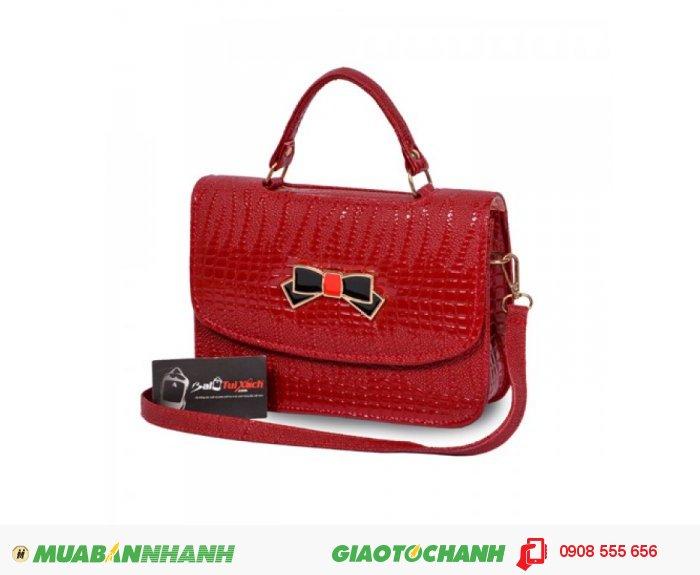 Túi xách nơ hộp nhỏ WNTXV0815002| Giá: 154,000 đồng |Chất liệu: Simili vân da cá sấu | Màu sắc: Đỏ | Kiểu quai: Quai đeo chéo và quai xách | Trọng lượng: 400g | Kích thước: 24x17x7cm | Mô tả: nổi bật hơn với mẫu túi xách màu đỏ vân cá sấu cá tính thời trang., 4