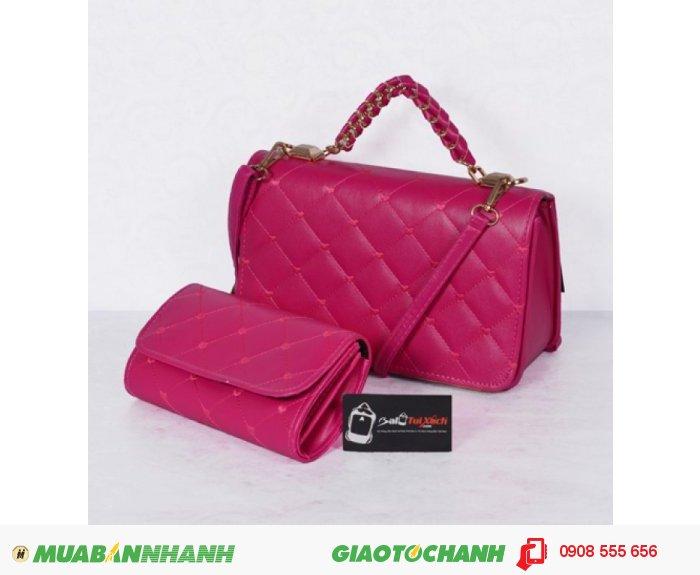 Bộ túi xách và ví thời trang WNTXV0415023 | Giá: 235,000 đồng | Loại: Túi xách | Chất liệu: Simili (Giả da) | Màu sắc: Hồng đậm | Kiểu quai: Quai xách |Trọng lượng: 700 g | Kích thước: 27 x 17 cm (dài x rộng) | Đóng gói: 1 túi xách và 1 ví| Mô tả: Bộ túi xách và ví với kiểu dáng nhỏ gọn cực kì tiện dụng gồm 01 túi xách và 01 ví kèm theo tạo nên sự đồng bộ cho các bạn gái mỗi khi sử dụng. Thiết kế đơn giản nhưng tinh tế, được làm bởi chất liệu bền đẹp sẽ cho chiếc túi thêm xinh xắn và sành điệu., 1