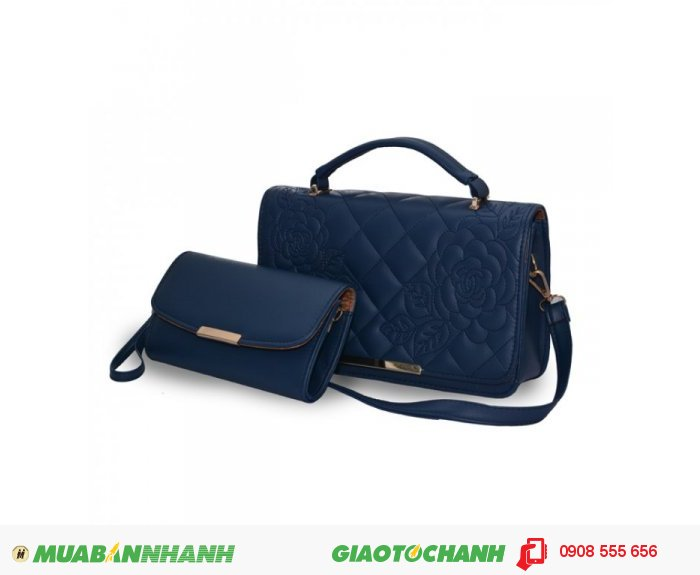 Túi Xách Bộ Đôi Thêu Hoa Văn TUTXV1115001| Giá: 253,000 | Chất liệu: Simili (Giả da) | Màu sắc: xanh biển |Kiểu quai: Quai đeo chéo |Trọng lượng: 700g | Kích thước: 27x17x6, 20x11 cm | Mô tả: Thiết kế với bộ đôi túi xách và ví cầm tay nhỏ gọn, cho bạn dễ dàng kiểu dáng cùng mình đi đến đêm tiệc., 4