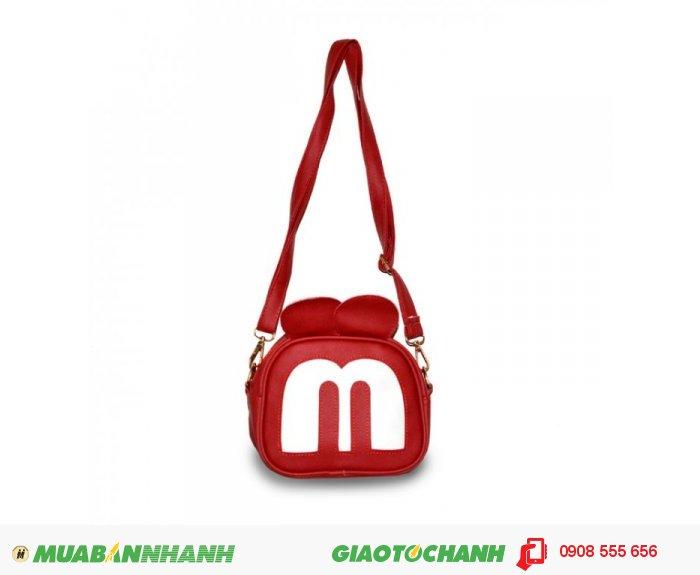 Túi đeo chéo MCTDC1015003| Giá: 132,000 đồng | Chất liệu: Simili (Giả da) | Màu sắc: đỏ | Kiểu quai: Quai đeo chéo |Trọng lượng: 250g | Kích thước: 18x15x5cm |Mô tả: Được làm từ chất liệu Simili cao cấp, mềm mại, thiết kế đơn giản nhưng vô cùng tiện dụng. Với họa tiết hình mặt chú chuột Mickey độc đáo, ngộ nghĩnh phù hợp cho các bạn tuổi teen muốn thể hiện phong cách riêng của mình. Quai đeo được may chắn tạo sự trẻ trung năng động. Đường may cẩn thận, góc cạnh vô cùng đẹp mắt., 2