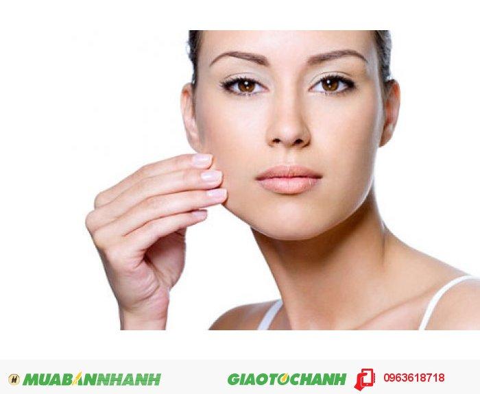 Công dụng của sản phẩm: Giải quyết các vấn đề về nám da, tàn nhang, đồi mồi nhờ vào tính năng kìm hãm sự tổng hợp hắc tố da. Làm trắng da và nuôi dưỡng cho da đẹp mịn màng do ức chế enzyme làm điều kiện thúc đẩy quá trình hình thành sắc tố. Collagen cá 30.000mg hỗ trợ làm lành vết thương nhanh chóng, tăng cường lưu thông máu và bảo vệ xương chắc khỏe. Collagen cá 30.000mg cũng là thành phần giúp tăng tính đàn hồi cho da, ngăn ngừa chảy xệ, thêm nữa sữa ong chúa giúp cải thiện sắc tố da. Làm se khít lỗ chân lông với thành phần gồm nhiều dưỡng chất nuôi dưỡng cho làn da trắng mịn. Chiết xuất nhân sâm giúp chống oxy hóa hiệu quả, tăng cường sức khỏe và sự dẻo dai cho cơ thể., 2