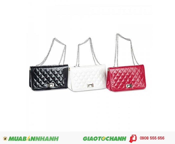 Túi xách nữ TATXV0815001 | Giá: 130,000 đồng| Loại: Túi xách| Chất liệu: simili bóng | Màu sắc: đỏ, đen, trắng | Kiểu quai: Đeo chéo| Họa tiết: Trơn bóng| Trọng lượng: 300g | Kích thước: 25x15 cm | Mô tả: chất liệu cao cấp, thiết kế nổi bật với khóa kim loại chắc chắn tiện dụng, màu sắc đa dạng cho bạn lựa chọn: đen, đỏ, trắng,…Đường may cẩn thận tỷ mỉ, quai đeo chắc chắn sang trọng. , 1