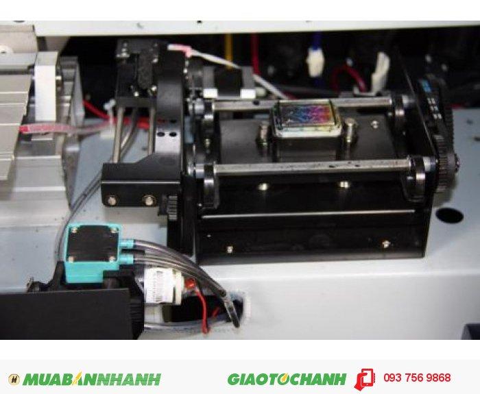 Ngoài ra máy còn có phần mềm RIP: Main Top 5.3. Độ cao đầu phun: 1-3mm. Hệ thống vòi phun làm sạch: Tự động làm sạch hệ thống, hệ thống tự động độ ẩm. Sấy sơ bộ, hệ thống sấy: Điều chỉnh làm khô. Dữ liệu giao diện: USB 2.0. Nguồn điện, điện áp: AC 100~220V.50HZ/60HZ. Kích thước máy: L2830x W740 x H 1280mm. Kích thước bao bì: L3020x W740 x H 970 mm.