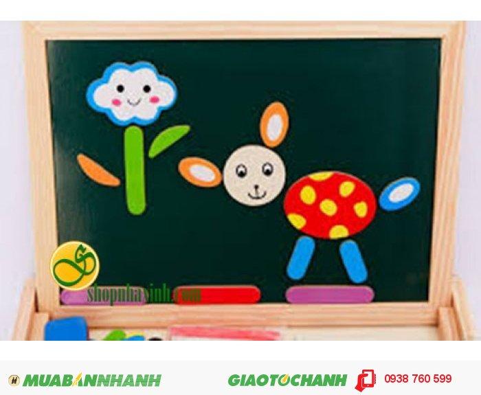 Sản phẩm có cấu tạo đặc biệt với 1 bảng viết nam châm 2 mặt cùng một bộ ghép hình ngộ nghĩnh kèm sách minh họa dễ hiểu cho bé. Các bé có thể xếp hình tạo nên những bức tranh sinh động theo mẫu cũng có thể sáng tạo theo cách riêng của mình.1