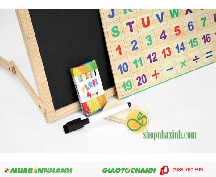 Bảng có hai mặt: Một mặt bằng nhựa từ tính để đính bộ số, bộ chữ cái có gắn nam châm cho con thỏa sức tìm tòi, học ghép vần, học số ... có thể viết được bút dạ lên giúp bạn có thể dạy con được theo nhiều cách. Một mặt là bảng đen để con tập viết số, viết chữ, vẽ ... bằng phấn.2