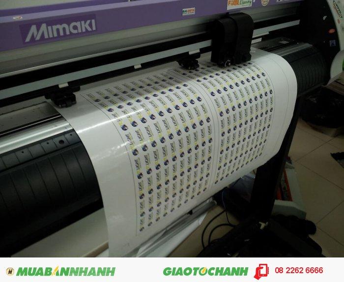 Máy bế Mimaki thực hiện bế thành tem decal sau in, tem dễ dàng bóc ra khỏi lớp nền và dán trực tiếp lên bề mặt bao bì. In tem decal giá rẻ tại In Kỹ Thuật Số, chúng tôi chuyên nhận in tem decal số lượng yêu cầu từ khách hàng tại TPHCM