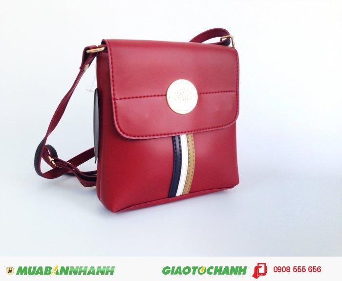 Ngoài màu đen cá tính, túi đeo chéo còn sở hữu màu đỏ tươi trẻ, thích hợp ch...
