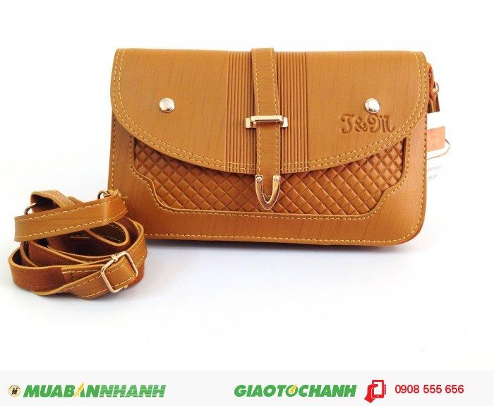 Túi xách nữ đeo chéo màu nâu vàng, màu sắc ít lỗi thời cũng như dễ dàng phối đồ, thiết kế dựa trên mẫu túi xách nữ cổ điển