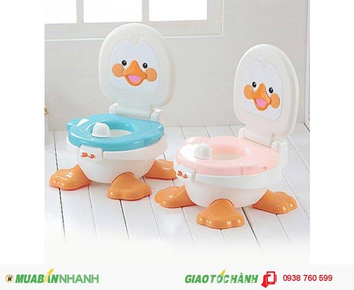 Bô vệ sinh hình vịt được làm tự nhựa cao cấp với các góc cạnh được bo tròn an toàn cho bé khi sử dụng.     Bô vệ sinh có 4 chân đỡ xòe rộng và có núm chống trơn trượt giúp bé ngồi bô thoải mái, an toàn hơn.0