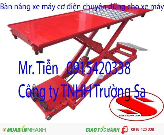 Đặc điểm: - Mô tơ điện và bơm có thể đặt trong hoặc ngoài bàn nâng. - Kết cấu hệ thống điện - thủy lực đơn giản, dễ bảo dưỡng - Có bàn đạp chân, Sử dụng khi mất điện - Tấm nhám, chống trượt khi dựng xe bằng  bằng chân chống - Tháo bánh sau dễ dàng hơn khi hạ tấm sàn bàn nâng - Tự động phanh hãm ở nhiều vị trí Model: T250-E Nhãn hiệu: TITANO Xuất xứ: Việt Nam Sức nâng tối đa: 250kg Chiều dài bàn nâng:1800mm Chiều rộng bàn nâng:580mm Chiều cao nâng:830mm Chiều cao thấp nhất: 175mm Thời gian nâng: 15 giây Công suất mô tơ: 0.5HP Điện áp: 1pha 220V, 50Hz