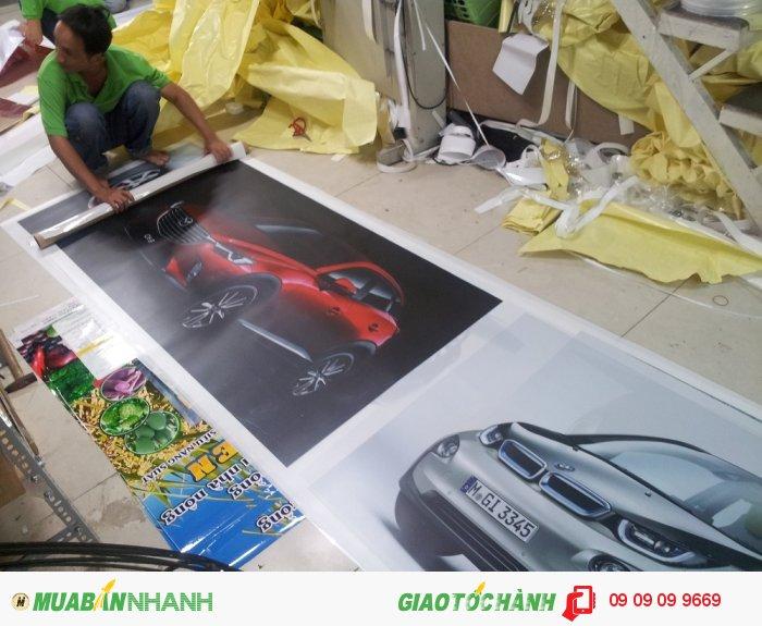 Thực hiện gia công cán màng bóng cho backlit film - gia công bởi nhân viên của Công ty TNHH In Kỹ Thuật Số - Digital Printing Ltd