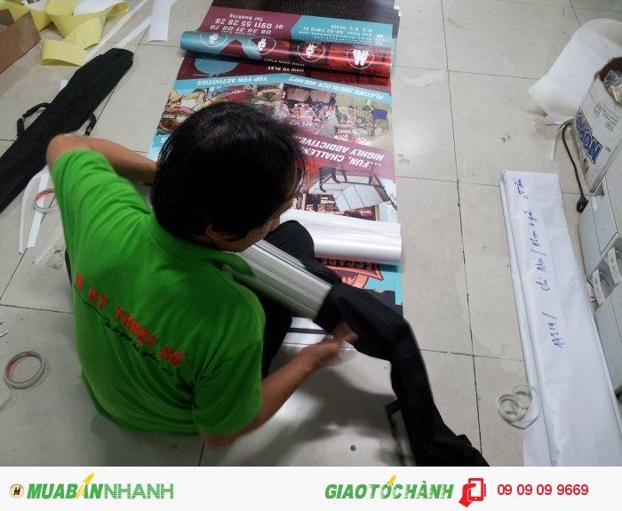 Sau khi lắp poster, banner vào standee cuốn, In Kỹ Thuật Số sẽ bỏ vật phẩm quản...
