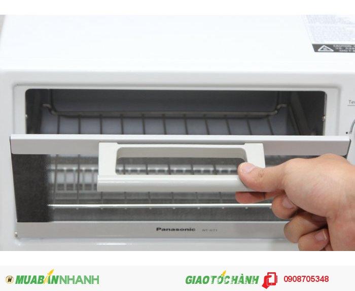 Tay cầm cách nhiệt đảm bảo an toàn cho người dùng. Khi mở cửa lò, vỉ nướng cũng được tự động kéo ra.
