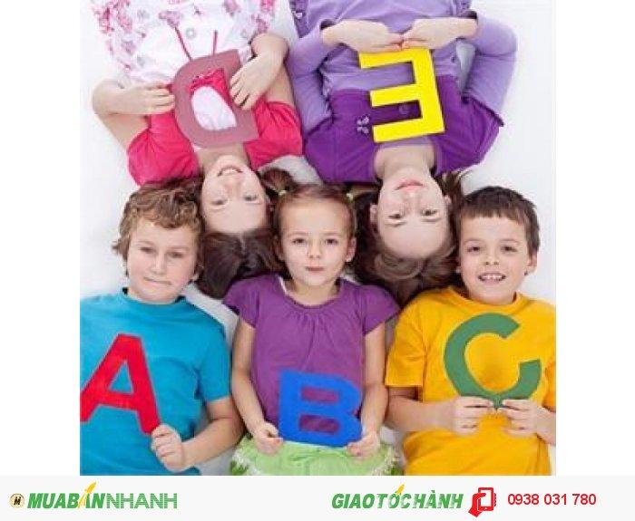 Đến với khóa học tiếng anh cho bé tại trung tâm ngoại ngữ Âu Úc Mỹ, các bé sẽ được vừa học vừa chơi với các hoạt động thú vị, đầy cảm hứng và tiếp xúc với ngôn ngữ một cách tự nhiên thông qua các bài hát phù hợp lứa tuổi từ, giúp phát huy tối đa tiềm năng của trẻ.