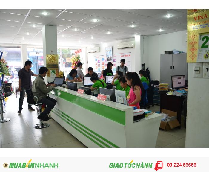 Nhân viên kinh doanh tư vấn đặt in cho khách hàng trực tiếp tại 365 Lê Quang Địn...