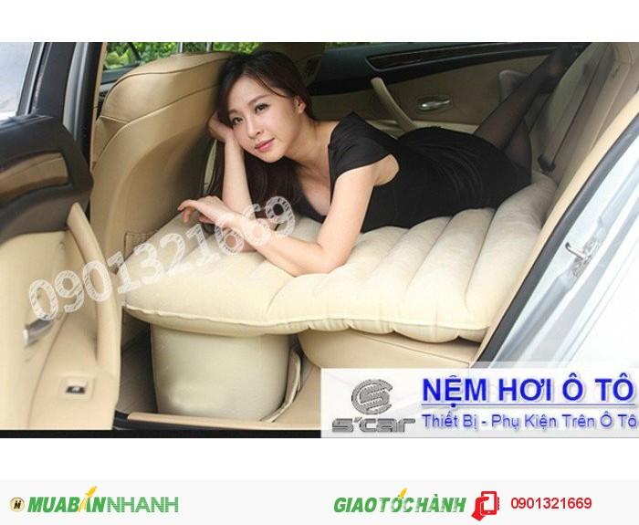 Chiếc nệm này kết hợp với hai chiếc ghế sau của xe tạo thành giường êm ái,...