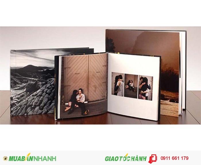 Photobook là phong cách được nhiều bạn trẻ hướng tới, vì mỗi trang rất mỏng nên photobook chứa rất nhiều trang, lượng ảnh truyền tải khá nhiều. Khách hàng có thể tự làm layout rồi đem đến in ấn hoặc đội ngũ thiết kế sẽ tìm mạch cảm xúc trong kho ảnh của cặp đôi để thiết kế riêng cho từng album