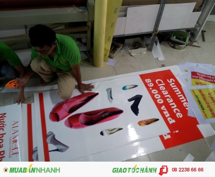 In PP cán màng bóng làm poster quảng cáo cho shop giày thời trang   Nhân viên gia công của In Kỹ Thuật Số thực hiện gia công cán màng bóng cho thành phẩm in poster