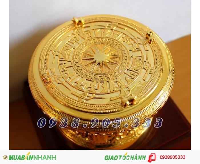 +Phần mặt trống: có các hoa văn tinh xảo mô phỏng theo Trống đồng của người Việt cổ (hình mặt trời ở chính giữa mặt trống, chim Lạc, các biểu tượng và các hoa văn khác thể hiện sinh động đời sống và quan niệm của người Việt cổ).Bốn con cóc cổ được bố trí xung quanh mặt trống.0