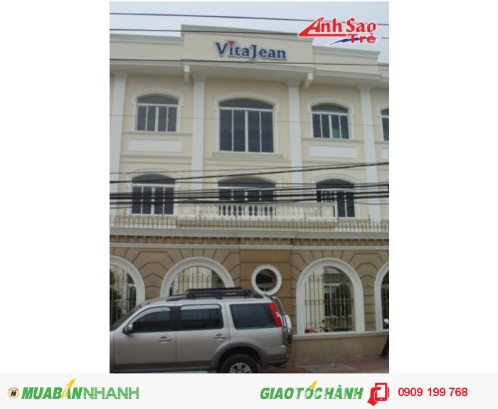 Ánh Sao trẻ nhận thiết kế và lắp đặt bảng hiệu quảng cáo bằng đồng cho ViTaJean; thiết kế chắc chắn nổi bật, giá thành phù hợp.