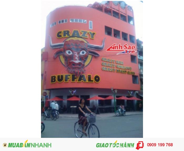 Ánh Sao Trẻ thi công bảng hiệu chữ nổi cho Crazy Buffalo | Bảng hiệu với chữ inox màu vàng, thiết kế theo mong muốn khách hàng.
