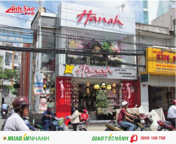 Ánh Sao Trẻ thi công bảng hiệu chữ nổi inox cho shop Hanah| Bảng hiệu với chữ màu đỏ, cắt hình theo yêu cầu khách gửi.